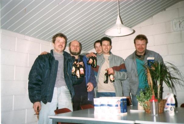 Vrijdagmiddag, na een week hard werken kent gezelligheid geen tijd. V.l.n.r Theo, Peter, Joop, Henk en Wouter